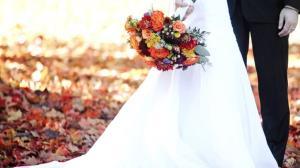 زن جوانی که در تشییع جنازه همسرش لباس عروسی پوشید