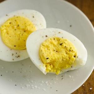 ۲ روش بی نقص اما متفاوت برای آب پز کردن تخم مرغ