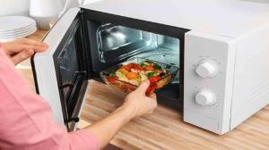 گرم کردن غذا در مايکروفر؛ آيا ميدانستيد همه عمر اين کار را اشتباه انجام داده ايد؟