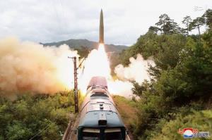 عکس/ شليک موشکهاي کرهشمالي از ريل قطار