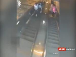 اقدام خشن مرد آمریکایی در مقابل زن جوان روی پله برقی