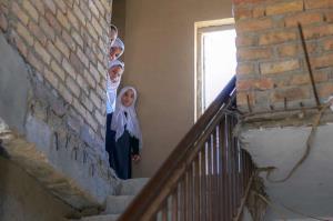 دختربچه هاي افغانستاني در يک مدرسه پس از تفکيک جنسيتي