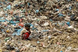 انتظار کودک خردسال براي اتمام کارِ پدرش در ميان کوهي از زباله