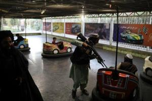 عکس/ بازي شبه نظاميان طالبان در شهربازي کابل!