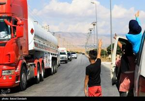 عکس/ خوشحالي لبناني ها از ورود تانکرهاي سوخت و شکست تحريم