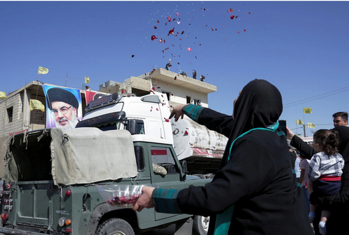 عکس/ شادماني لبناني ها از ورود کاميون هاي گازوئيل صادراتي ايران