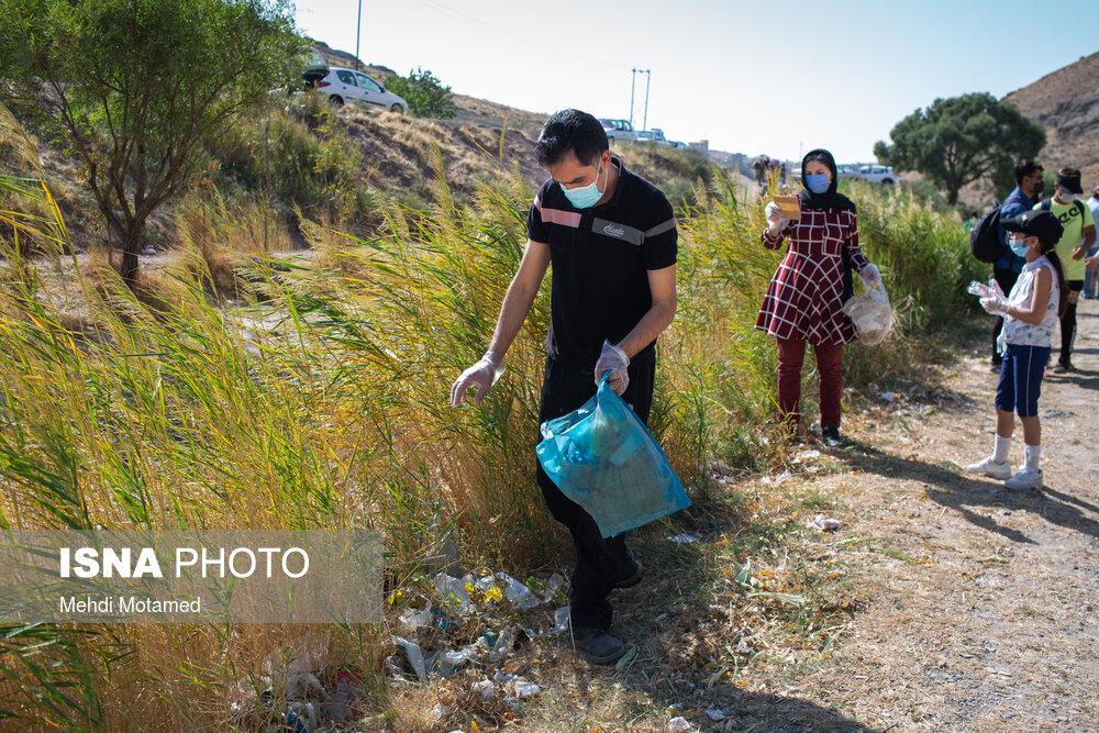 عکس/ جمعآوری زبالههای طبیعت اطراف شهر قزوین