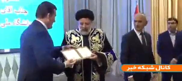 لحظه اعطاي دکتراي افتخاري دانشگاه ملي تاجيکستان به رئيسي