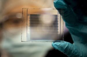 سلولهای خورشیدی شفاف با طول عمر ۳۰ ساله!