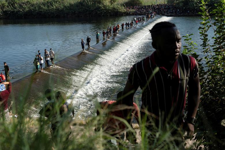 عبور مهاجران از رودخانه به دنبال پناهندگی در آمریکا