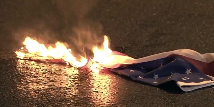 معترضان در یونان پرچمهای آمریکا و ناتو را آتش زدند