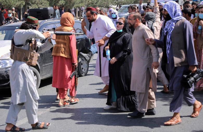 هدف گرفتن معترضان توسط یک شبه نظامی طالبان