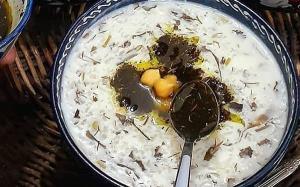 طرز تهیه آش دوغ خوشمزه به روش تبریزی با برنج و نخود