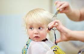 آواز خوانی برای آرام کردن کودک هنگام کوتاه کردن موهایش