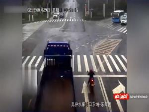 نجات جان موتور سوار هنگام دور زدن خطرناک تریلی