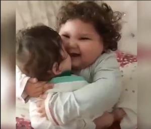 ابراز علاقه جالب یک کودک به برادرش