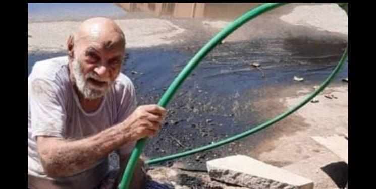 عکس/ غیرت ابوفاطمه ۹۰ساله برای رفع مشکل فاضلاب