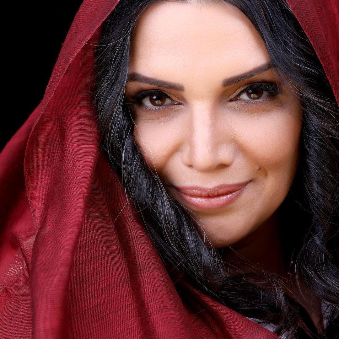 چهرهها/ ژست هنری الهام پاوه نژاد در مقابل عکاس