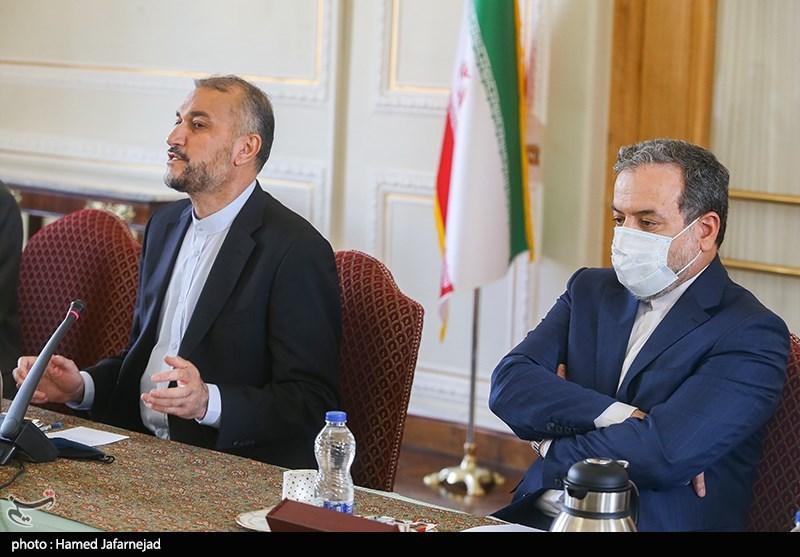 عکس/ ژست عراقچي در جلسه معارفه علي باقري