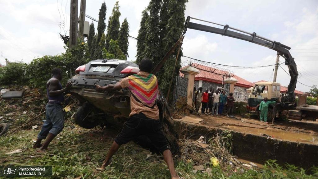 بیرون کشیدن خودروی واژگون شده بر اثر سیلاب