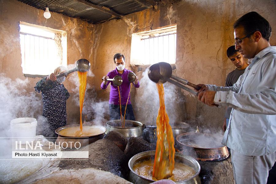 عکس/ تولید سنتی شیره انگور در روستای «بهارستان» سبزوار