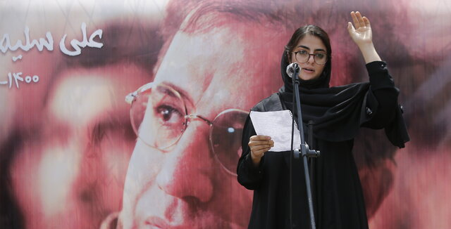 اشکهاي دختر مرحوم علي سليماني با ديدن تصاوير پدرش در برنامه جاذبه
