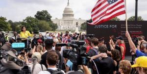 درگیری هواداران و مخالفان ترامپ در مقابل کنگره آمریکا