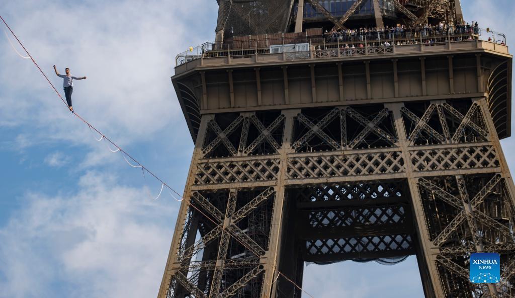 بند بازی کنار برج ایفل
