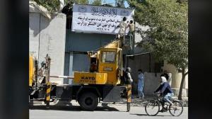 تابلوی «وزارت امور زنان» در افغانستان پایین کشیده شد