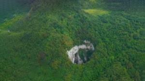 کشف حفرهای مرموز و بزرگ در کوههای چین