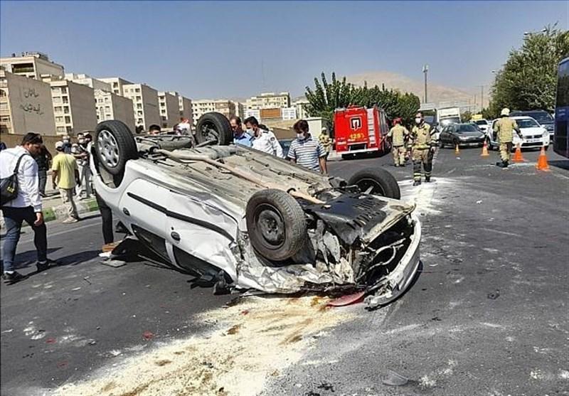 واژگونی پژو ۲۰۶ پس از تصادف شدید با ۳ خودرو