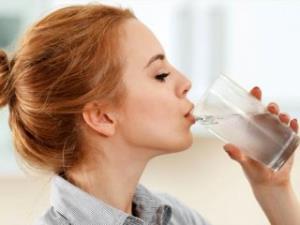 نوشیدن آب در صبحگاه عوارض دارد