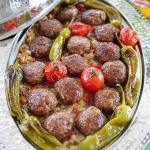 طرز تهیه کوفته گوشت ترکیه ای با سس فلفل و بادمجان