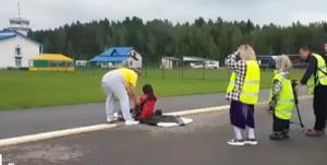 عبور هواپیما از روی بدن یک زن!