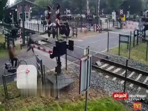 عبور میلیمتری قطار از کنار یک زن