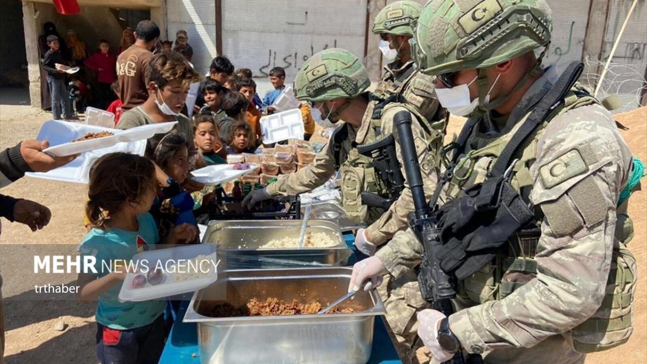 عکس/ کمکهای انسانی سربازان ترک به نیازمندان در شمال سوریه