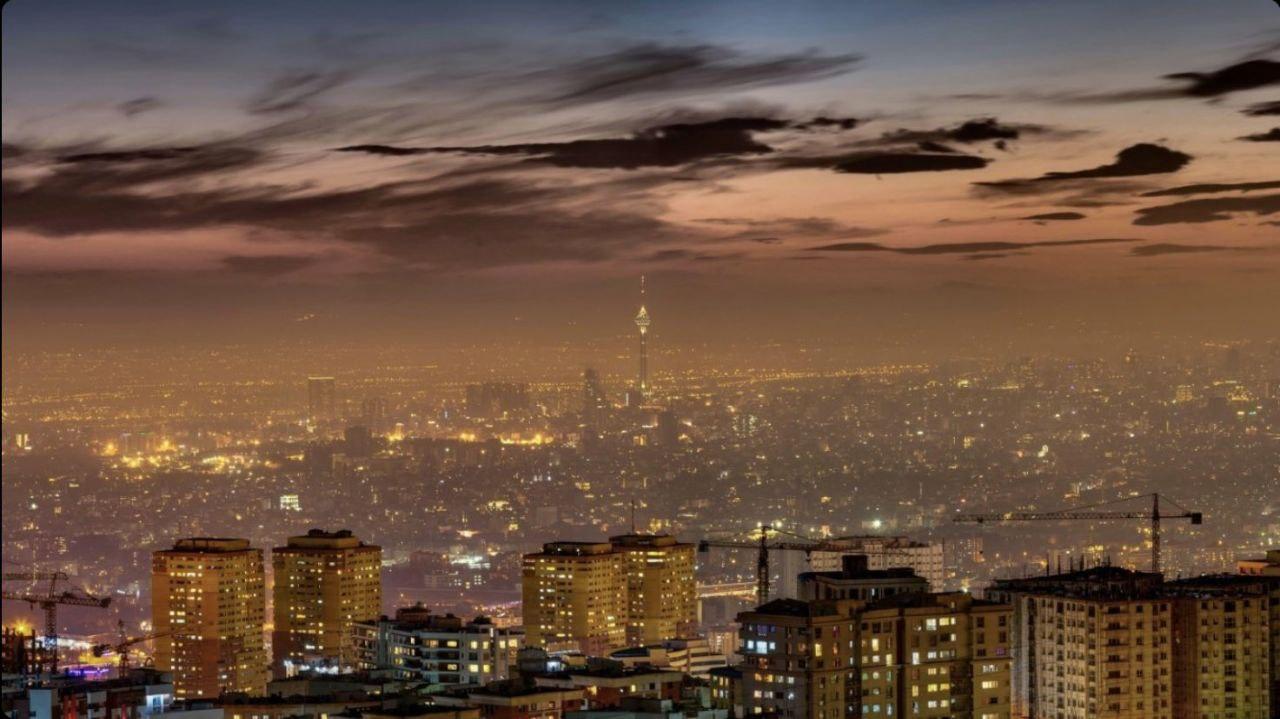 چشم انداز رویایی از تهران در شب