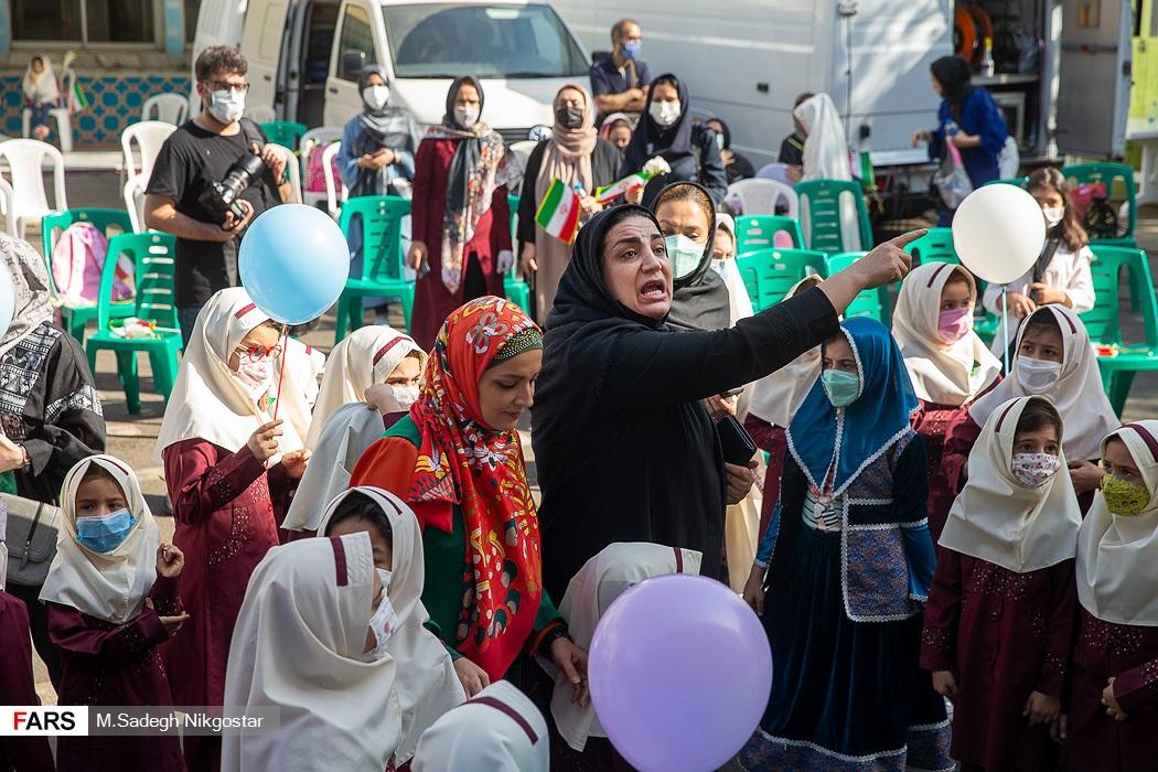 عکس/ اعتراض یکی از والدین دانش آموزان به برگزاری کلاس های حضوری