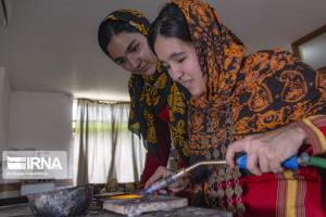تصاویر/ تولید زیورآلات ترکمن در کارگاههای خانگی