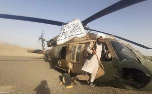 تفریح اعضای طالبان روی پره های بالگرد!