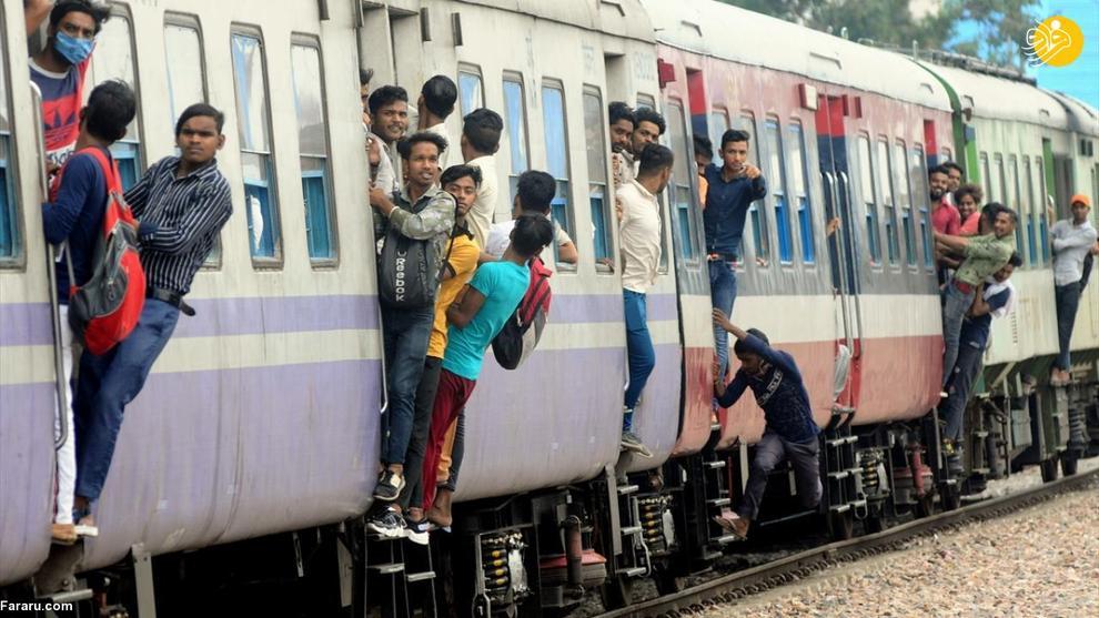 آویزان شدن خطرناک هندی ها از قطار!