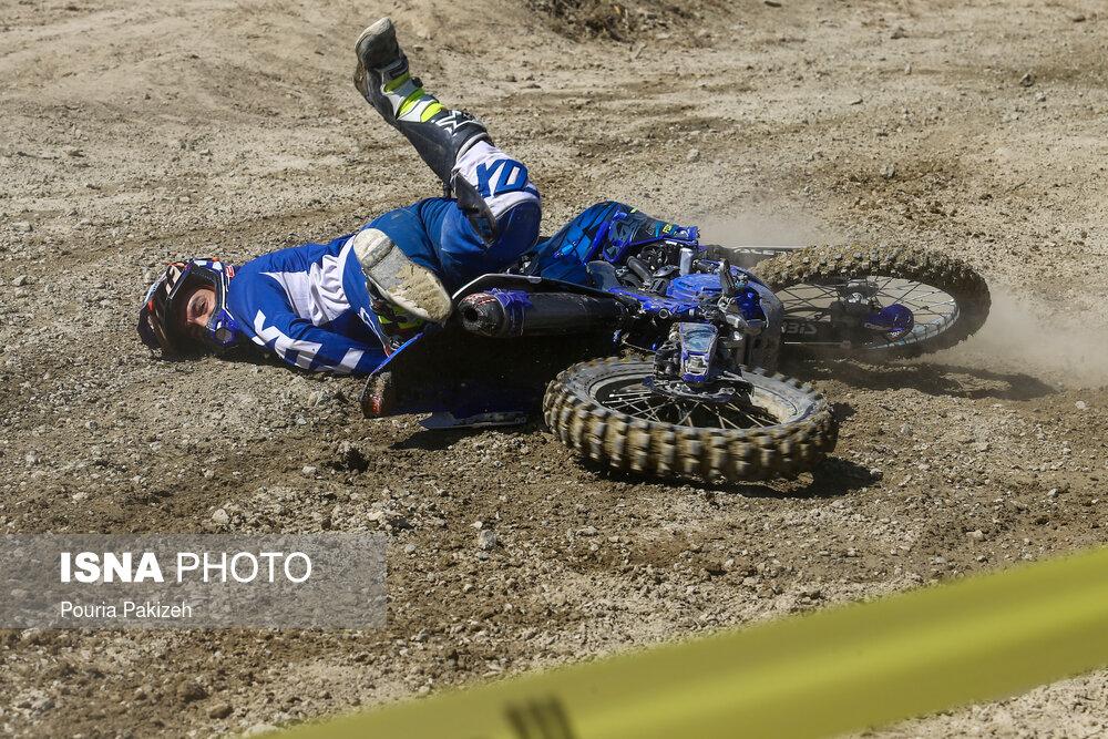 عکس/ حادثه در مسابقات انتخابی تیم ملی موتورسواری اندرو