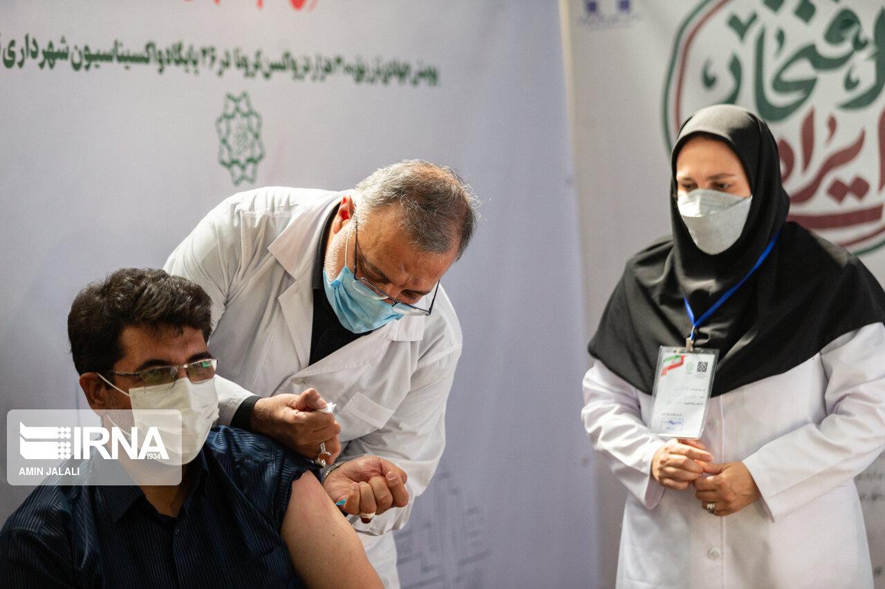 عکس/ تزریق واکسن کرونا توسط دکتر زاکانی