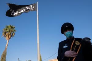 اهتزاز پرچم متبرک به نام امام حسین(ع) در بین الحرمین شیراز