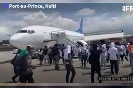 لحظه ناامیدکننده مهاجران بعد از دیپورت شدن در فرودگاه پورتوپرنس