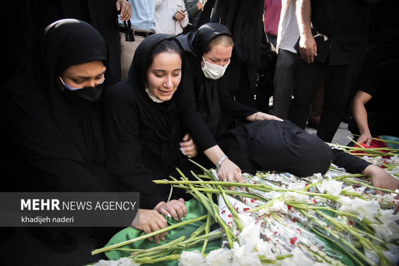 عکس/ لحظات تلخ و سخت وداع خانواده نوجوان ایذه ای در مراسم تشییع