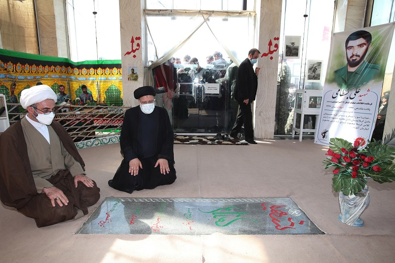 ادای احترام رئیسجمهور به مقام شامخ شهدا در نقطه صفر مرزی مهران