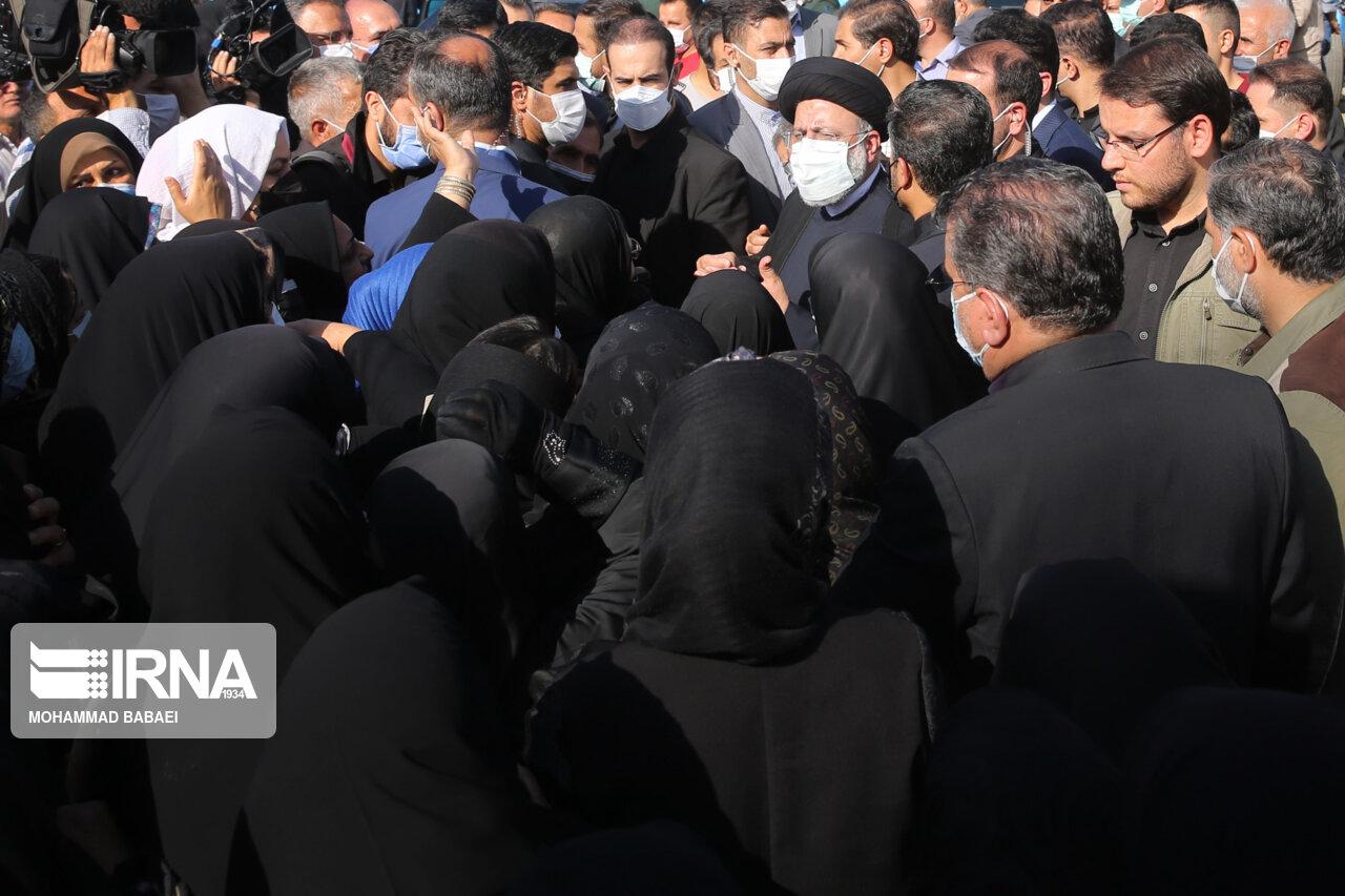 عکس/ گفت و گوی رئیس جمهور با والدین دانش آموزان در بیرون از مدرسه