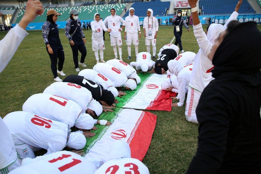 عکس/ سجده شکر بانوان ملیپوش فوتبال ایران پس از صعود به جام ملتهای آسیا