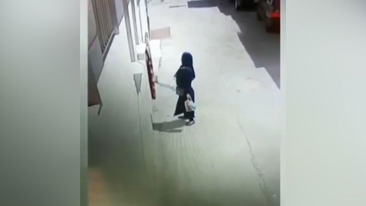 لحظه سرقت عجیب یک زن در خیابان
